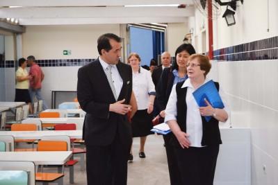 Cônsul-Geral do Japão conhece as dependências do Colégio acompanhado pela Ir. Romana, Presidente da ACF