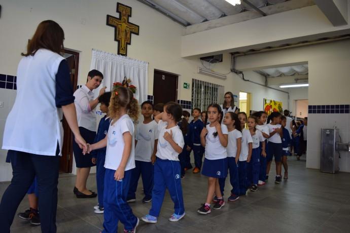 Estudantes chegando para a cerimônia.