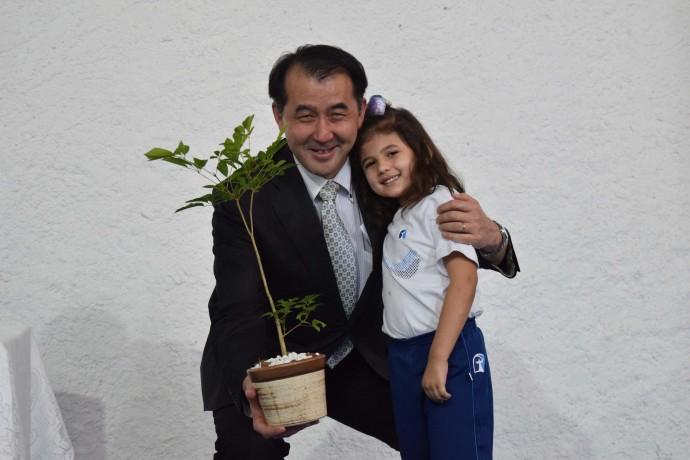 Cônsul Geral do Japão recebe uma muda de Ipê Amarelo.