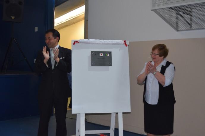 Apresentação da placa de agradecimento ao consulado.