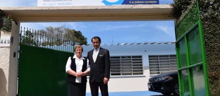 Cônsul Geral do Japão e a Diretora-Presidente da ACF em frente à unidade.